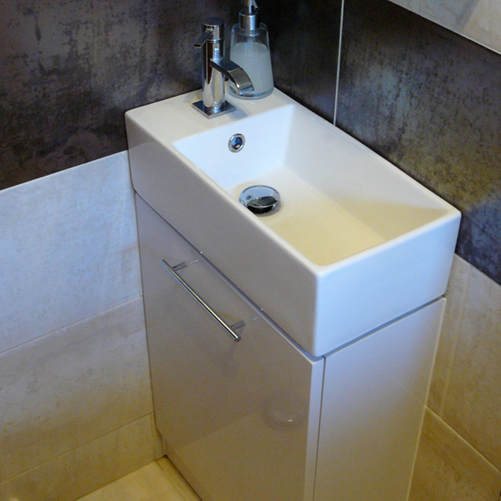 Fitted sink & tiling